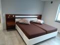 Bett mit Rückwand