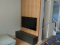 TV-Wand, markante Eiche-Bohlen mit modernem Lowbord in dunkelgrau