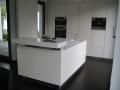 Küche in Weißlack und Corian
